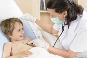 läkare som konsulterar en liten pojke