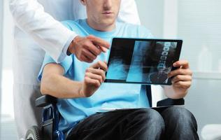 läkare som visar röntgen till patienten foto