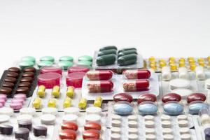 färgtabletter, kapslar och vitaminer i blåsor foto