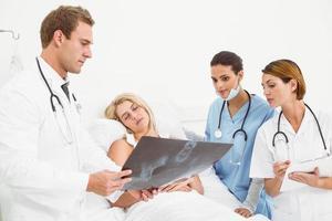 läkare som förklarar röntgen till patienten foto