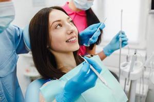 flickan i receptionen hos tandläkaren foto