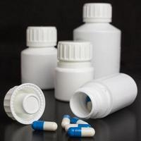 receptbelagd medicin - blå och vita kapslar foto