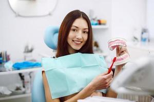 tjej med tandborste i hand och tänder foto