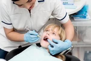 liten flicka på tandkontroll. foto