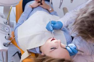 tandläkare som gör tandkontroll foto