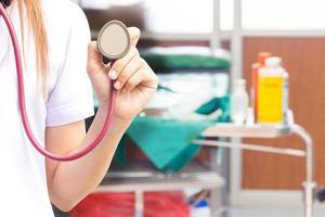 närbild av läkare som håller stetoskop foto