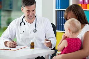 barnläkare ordinerar medicin foto