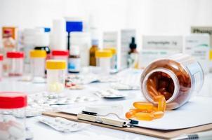 medicinkapslar och tabletter foto