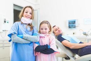lilla tandläkares porträtt i studion. foto