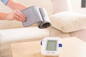 kvinna som kontrollerar sitt blodtryck foto