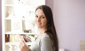kvinna med graviditetstest foto