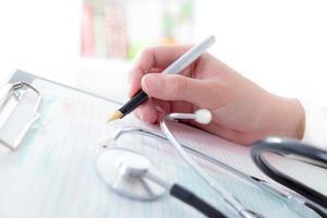 läkare som skriver recept på medicinsk undersökning foto