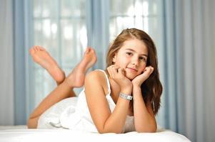 porträtt av leende vacker tonårig flicka hemma foto