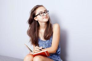 tonårsflicka som gör läxor. foto