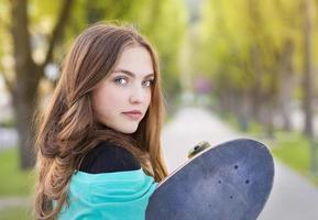 tonårsflicka med skateboard