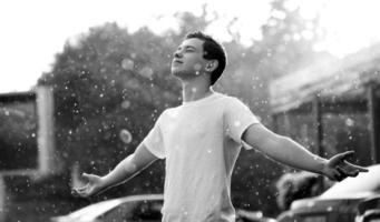 regn och en tonåring foto