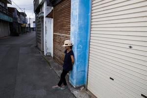 flicka stående på gammal gata foto