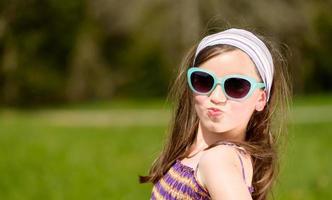 porträtt av en ganska ung flicka foto