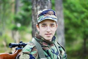 ung rekrytera med optisk gevär foto