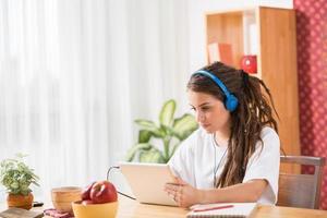 tonårsflicka med digital tablet foto