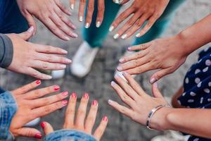tonårsflicka som visar naglarna foto
