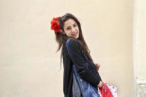 tonårsflicka med påsar foto