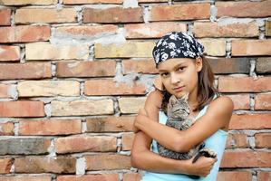 tonårsflickastående med katt foto