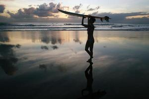 surfar tjej med surfbräda foto