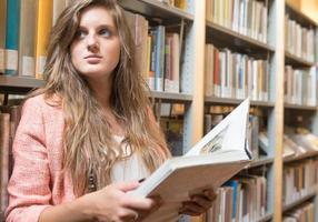 porträtt av en vacker flicka i ett bibliotek foto