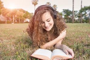 tjej som läser parken foto