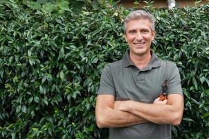 glad manlig trädgårdsmästare foto
