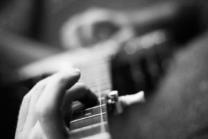 manlig banjo-spelare plockar bort foto