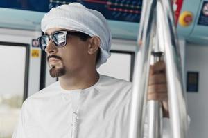 arabisk man i tunnelbanetåg foto