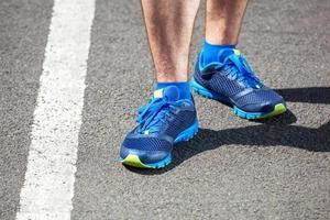 närbild av en manlig löpare stående. foto