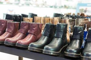 massor av manliga skor i läder foto