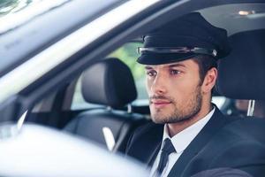 manlig chaufför som sitter i en bil foto