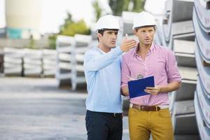 manliga arkitekter som inspekterar inventeringen på platsen foto