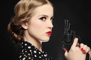 flicka med pistol foto