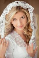 porträtt av vacker brud som bär i klassisk vit slöja.
