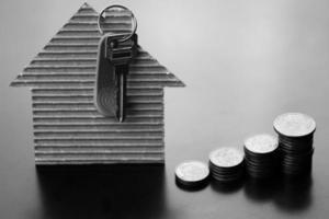 fastighetsnycklar papper hus foto