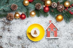 cappuccino med julgranform och leksakshem på konstgjorda foto