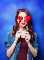 porträtt av en vacker rödhårig tjej med leksak foto
