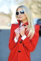 mode stad vacker flicka som bär solglasögon - porträtt foto