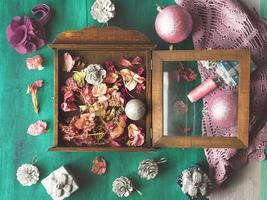julstilleben med blommor och dekorationer på grönt foto