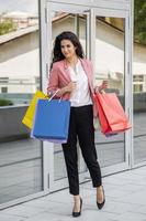 ganska ung kvinna i shopping foto