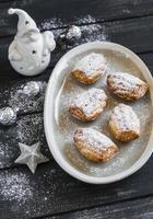 cookies madeleines, keramiska jultomten och juldekorationer foto
