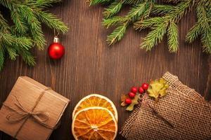 pepparkakor julgran och presenter på bordet foto