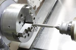 operatörs bearbetning av gjutform och formdel med cnc-svarvmaskin