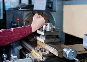 man arbetar för produktionsmaskin