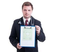 läkare eller läkare som visar medicinskt recept foto
